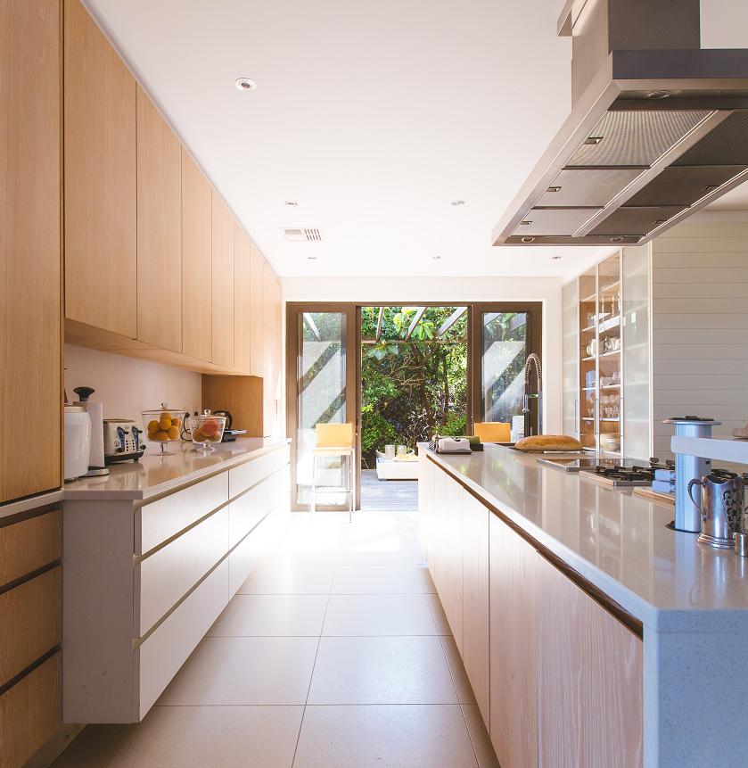 greeploos witte keuken met hout