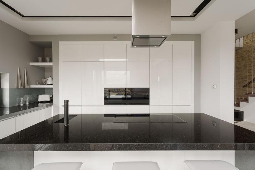 Hoogglans keuken wit met zwarten blad