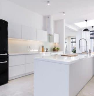 Een lichte witte keuken