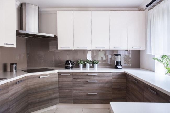 Een bruine keuken