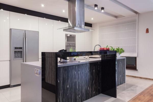Donker met witte greeploze keuken
