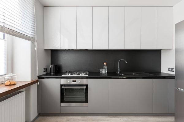 grijze smalle keuken